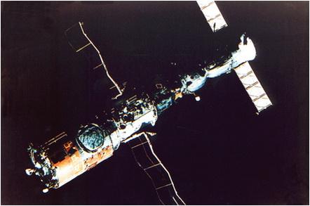 Complexul orbital Saliut-6 - Soyuz T4, fotografiat, pe 22 mai 1981, de catre cosmonautul român, din nava cosmica Soyuz-40