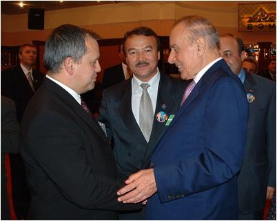 foto 6 in 2002, Dumitru-Dorin Prunariu, pre_edinte al Agen_iei Spa_iale Române, _i Heydar Aliyev, pre_edintele Republicii Aerbaidjan